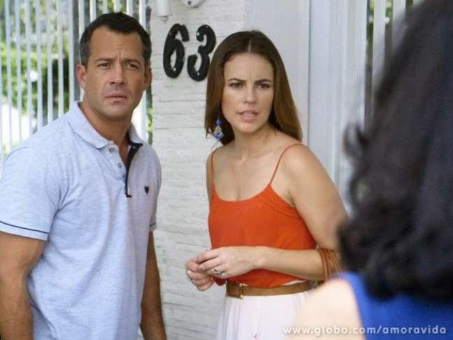 Uma vizinha conta que Mariah (Lúcia Veríssimo) foi embora com Aline (Vanessa Giácomo) e um homem forte