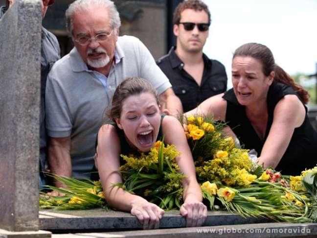 Linda (Bruna Linzmeyer) se desespera ao imaginar que Rafael (Rainer Cadete) também morreu