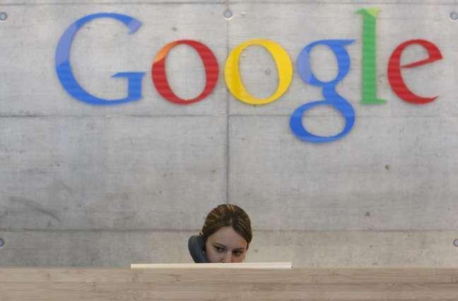 Funcionária atende chamada telefônica em escritório da Google em Zurique, 18 de agosto de 2009. Um novo recurso do Gmail do Google terá como resultado alguns usuários recebendo mensagens de pessoas com as quais eles não compartilharam seus endereços de email, gerando preocupações entre alguns defensores de privacidade.