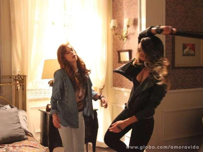 <p>Descontrolada, Leila acerta Natasha com um bastão</p>