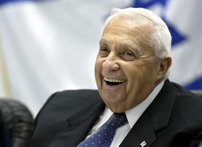 <p>O entãoprimeiro-ministro de Israel sorri durante uma reunião com o Exército e forças policiais em uma base militar próxima a Jerusalém em 5 de janeiro de 2005.Ariel Sharon morreu em 11 de janeiro de 2014, aos 85 anos</p>