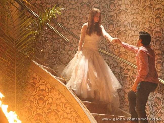 <p>Nicole (Marina Ruy Barbosa) aparece para Thales (Ricardo Tozzi) e o guia até onde a irmã está</p>