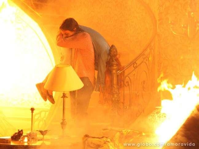 <p>Thales (Ricardo Tozzi) enfrenta as chamas e resgata Nicole (Sophia Abrahão)</p>