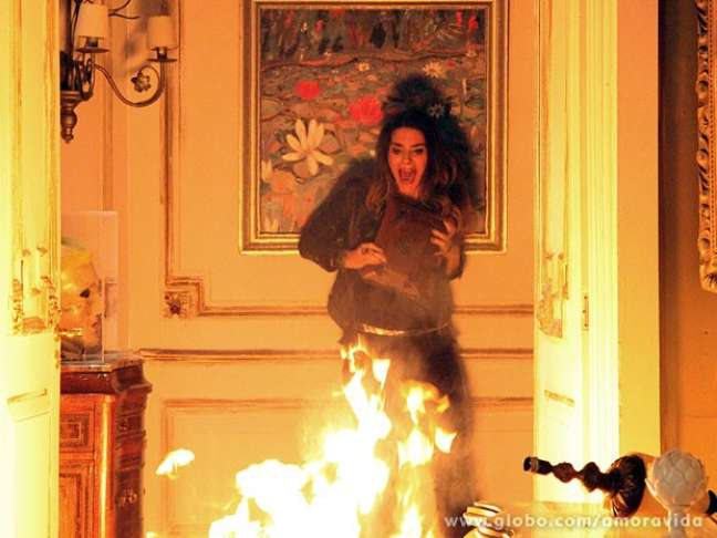 Leila (Fernanda Machado) é engolida pelas chamas do incêndio que causou na mansão