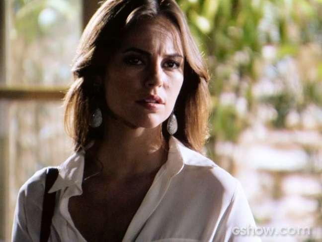 Sem saber, Paloma chega e salva o pai de ser sufocado
