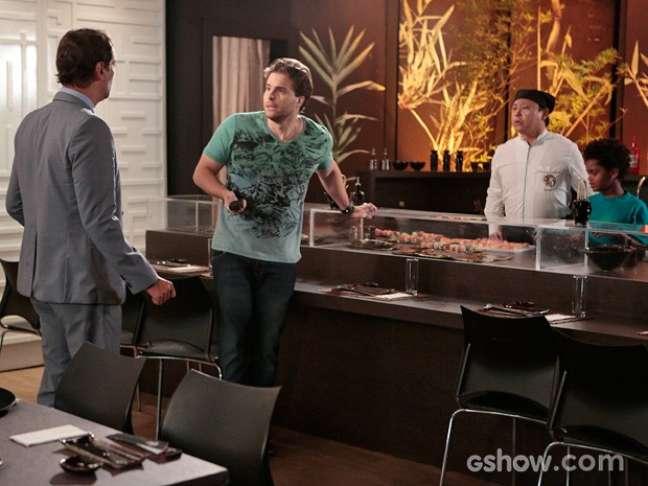 <p>O chef recebe a not&iacute;cia durante um encontro com Eron</p>
