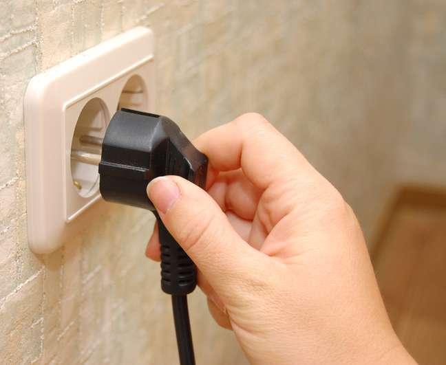<p>Tirar da tomada aparelhos que n&atilde;o estiver utilizando &eacute; uma maneira de economizar</p>