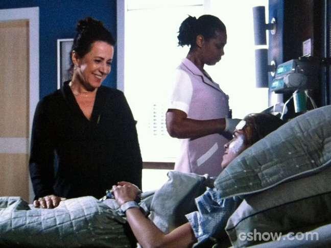 Natasha (Sophia Abrahão) conta para a mãe que ama o escritor