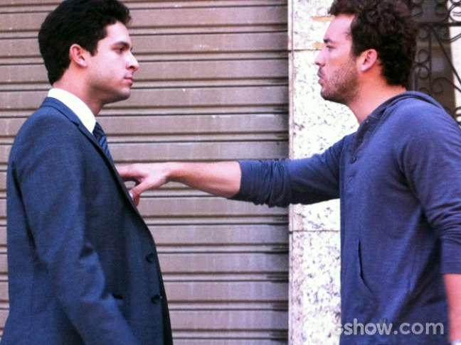 O advogado tenta visitar a amada, mas é agredido pelo irmão dela