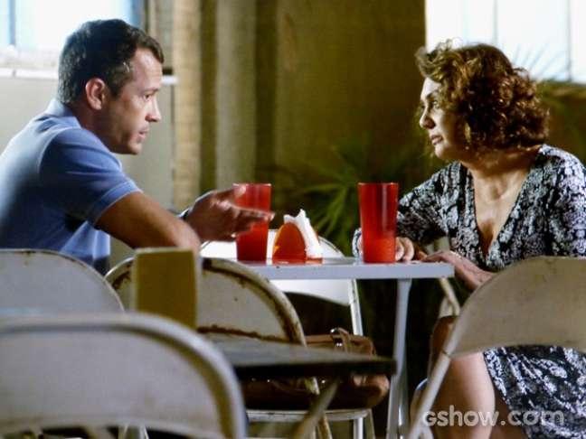 Bruno (Malvino Salvador) diz que a mãe quis afastar o médico de Gina (Carolina Kasting)