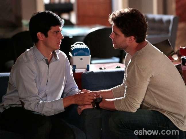 Félix (Mateus Solano) se despede com carinho do amigo