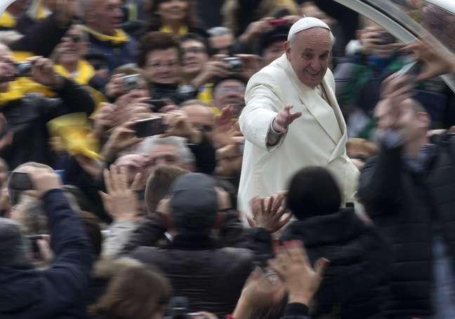 Papa Francisco entre fiéis na Praça São Pedro