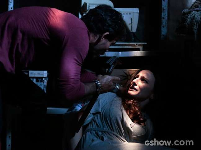 Ninho (Juliano Cazarré) tranca Rebeca (Paula Braun) em um quartinho