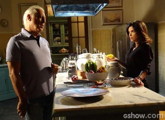 Aline não vê que César está armado