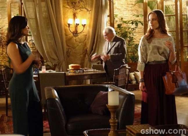 Paloma vai até a casa de César para saber notícias de Rebeca