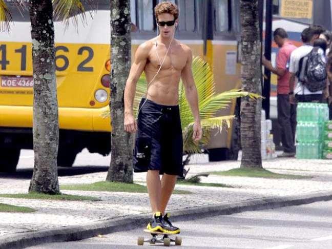 <p>O ator Jonatas Faro aposta no skate</p>