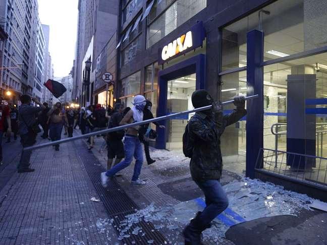 <p>Agências bancárias e concessionárias foram depredadas em protesto contra a Copa no dia 25 de janeiro em São Paulo</p>