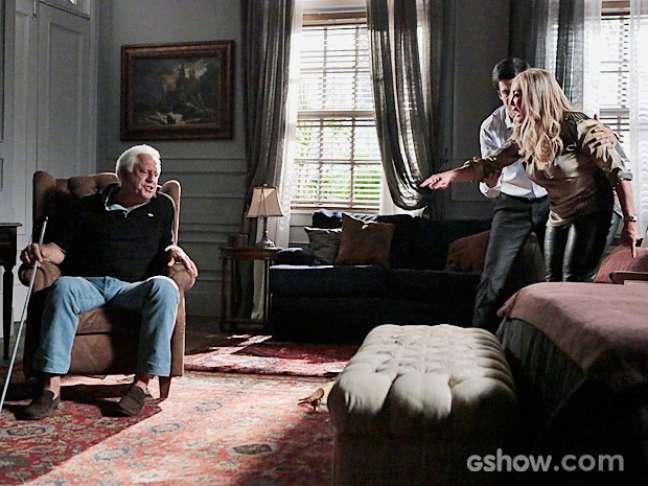 César (Antonio Fagundes) descobre que a ex-mulher está com o motorista e se revolta