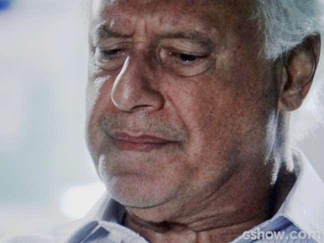 César sente pena por Aline estar presa
