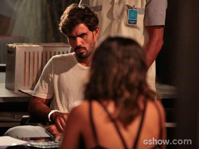 Aline (Vanessa Giácomo) se surpreende quando o delegado a coloca frente a frente com Ninho (Juliano Cazarré)