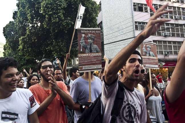 Manifestantes realizam protesto contra remoções e aumento das passagens do transporte público, no centro do Rio de Janeiro, nesta quinta-feira