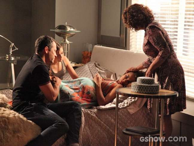 Paloma (Paolla Oliveira) passa mal durante gravidez