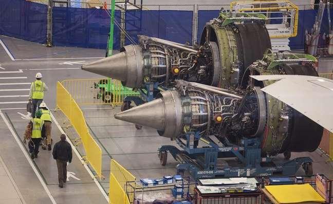 <p>Funcion&aacute;rios da Boeing na Carolina do Sul passam na frente dos motores de um 787 Dreamliner em processo de fabrica&ccedil;&atilde;o</p>