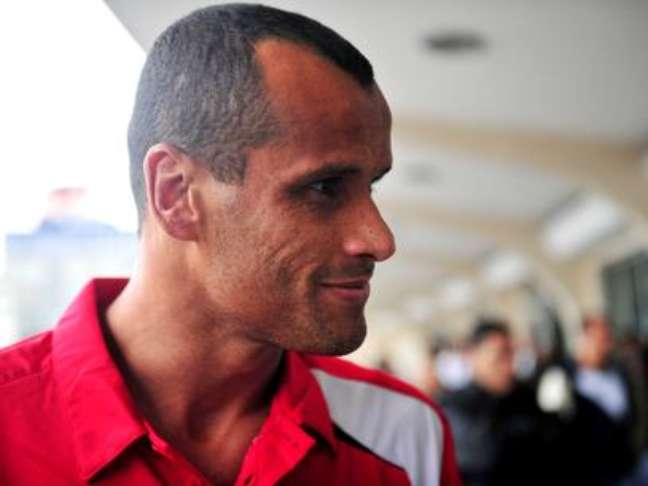 Rivaldo, meia que se consagrou no Barcelona, é presidente e meia do Mogi Mirim