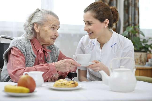 <p>Cuidar da alimentação dos idosos é uma das principais funções dos cuidadores</p>