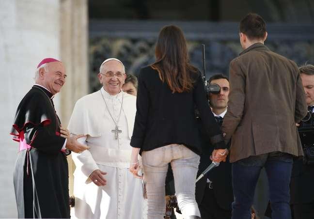 Papa recebe casal durante audiência especial para celebrar  o Dia de São Valentim, na Praça São Pedro, nesta sexta
