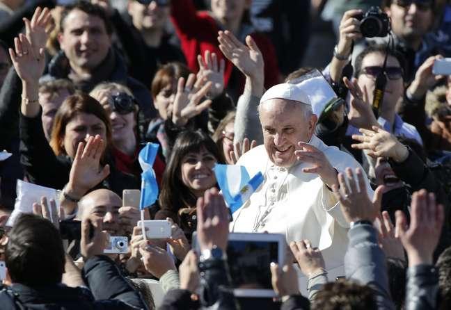 Papa Francisco se junta à multidão depois de missa e testemunho de casais, na Praça São Pedro