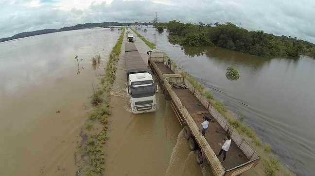<p>Trecho da BR-364inundado pelas águas do Rio Madeirana ligação entre Rondônia eo Acre</p>
