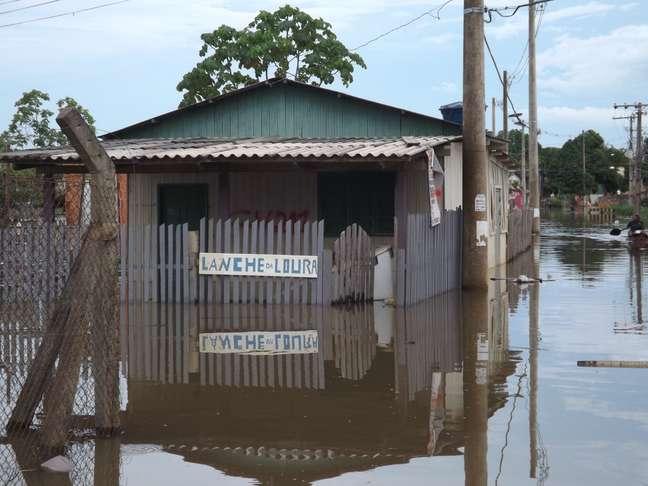 <p>Mais de 2,5 mil imóveis comerciais e residenciais na zona urbana de Rio Branco foram afetados pela enchente</p>
