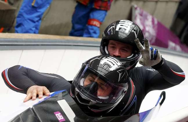 Dallas Robinson e Nick Cunningham fazem graça na competição do bobsled