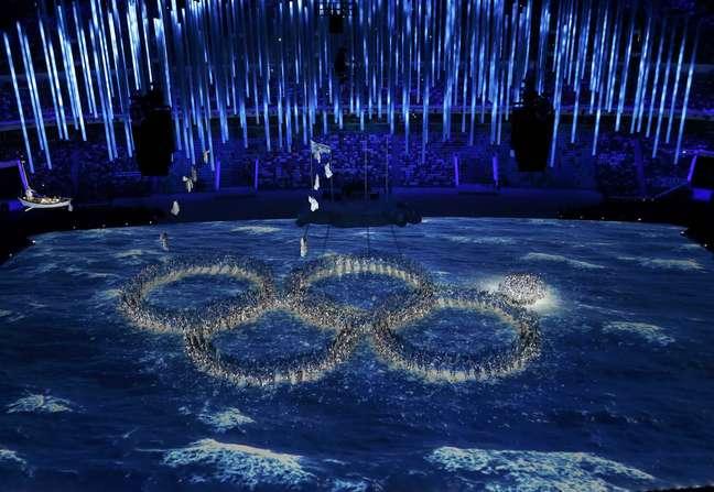 <p>Em clara brincadeira à falha na Cerimônia de Abertura, bailarinos deixaram fechado o quinto anel olímpico, antes de formá-lo</p>