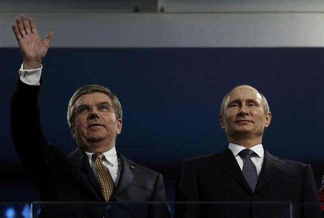Presidente do COI, Thomas Bach aparece no Esádio Olímpico de Fisht ao lado de Vladimir Putin, presidente russo