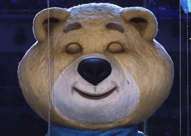 Mascote urso chorou ao apagar chama olímpica, em repetição ao fim dos Jogos de Verão de Moscou, em 1980
