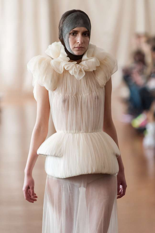 <p>Corrie Nielsen levou uma coleção inspirada ao primeiro dia da semana de moda de Paris. A estilista mostrou peças com detalhes renascentista, abusou das transparências e dos tecidos armados no desfile desta terça-feira (25)</p>
