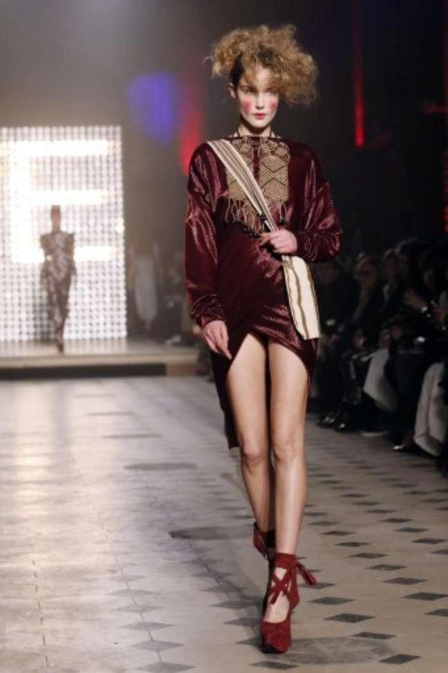 <p>Como de costume, Vivienne Westwood levou muita atitude à passarela. Saltos altíssimos, pernas de fora, misturas de estampas e tecidos e até mesmo cartola foram vistos no desfile da estilista</p>