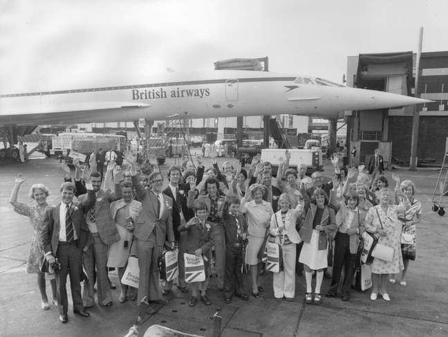 <p>25 de Agosto de 1975 -35 passageiros acenamantes de embarcar no primeiro voo comercial do Concorde no aeroporto de Heathrow, em Londres, Inglaterra</p>
