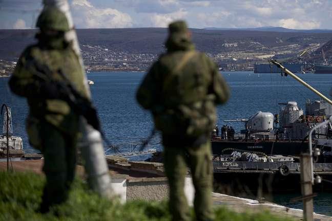 Soldado do Exército russo guardam píer na Crimeia onde navios de guerra ucranianos estão atracados