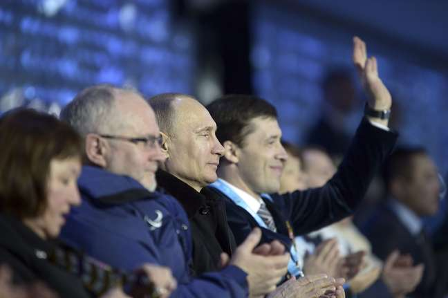 Vladimir Putin observa a abertura dos Jogos Paralímpicos de Sochi