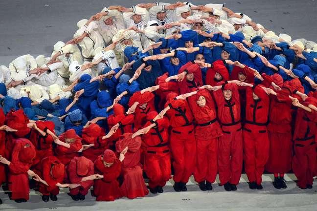Bailarinos formam a bandeira da Rússia na abertura dos Jogos Paralímpicos de Sochi