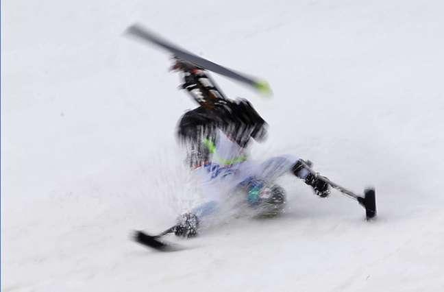 <p>Japonês Taiki Morii leva um tombo durante o esqui downhill sentado em Sochi</p>