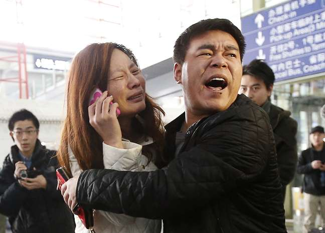 Parente de passageiro do voo da Malaysia Airlines se desespera em Pequim ao saber do desaparecimento do avião