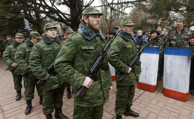 Membros da unidade de defesa pessoal da guarda pró-russa fazem juramento ao governo em Simferopol, na Crimeia, neste sábado, 8 de março