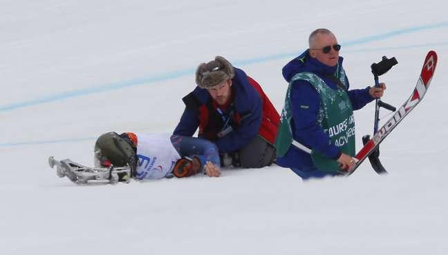 O esquiador americano Tyle Walter sofreu grave acidente na neve de Sochi, neste sábado, nos Jogos Paralímpicos de Inverno. Walter capotou diversas vezes e foi resgatado por um helicóptero no Rosa Khutor Alpine Centre