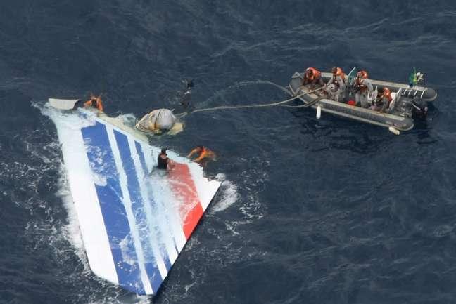 <p>Foto tirada em 8 dejunho de2009 mostra membros da Marinha do Brasil trabalhando na recuperação derestos do avião da Air France que realizou o voo 447 e caiu no Oceano Atlântico</p>