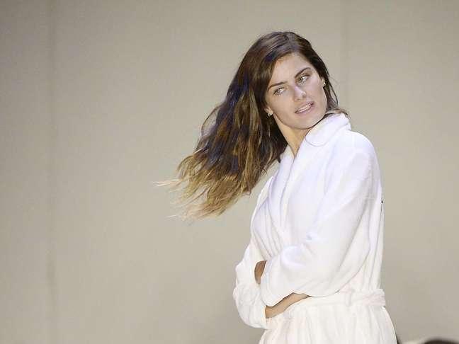 <p>Isabelli Fontana esbanjou simpatia no backstage do SPFW antes de desfilar pela Tufi Duek nesta segunda-feira</p>