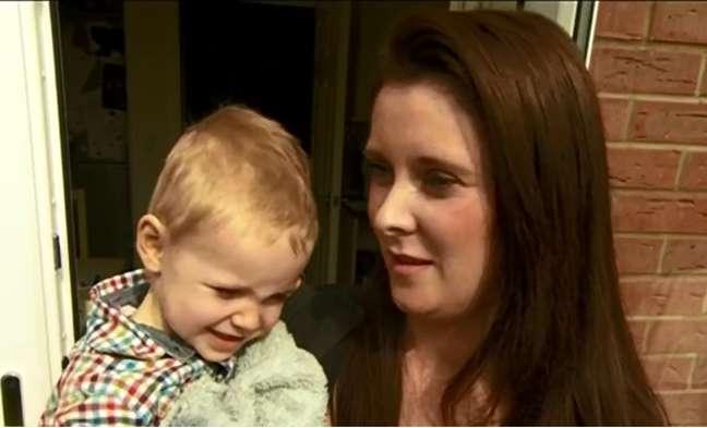 <p>Riley, de 2 anos, no colo da mãe, Dana Henry</p>